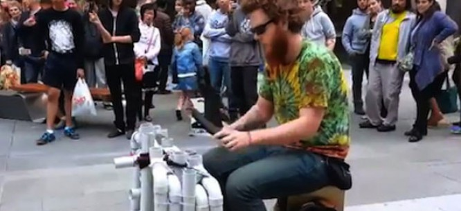 Street Performer Plays House & Techno with PVC Pipes & Flip Flops [WATCH]