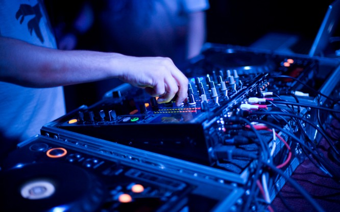 DJ Completes 200 Hour-Long Set To Break World Record [VIDEO]