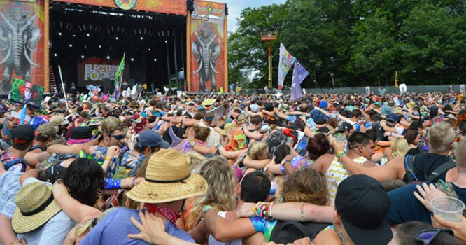 US Music Festival Attempts To Break World's Biggest Hug Record [VIDEO]