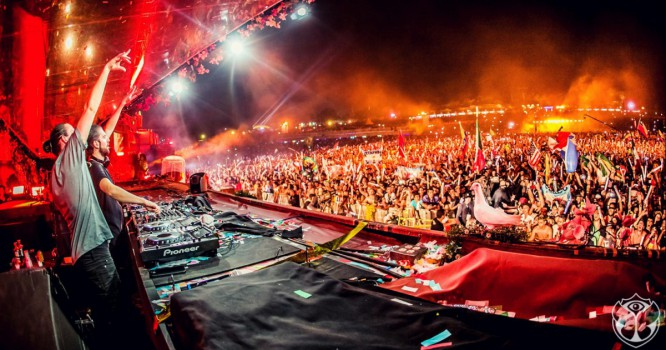 Fan Storms Tomorrowland Stage & Gets Tackled by Like Mike [VIDEO]