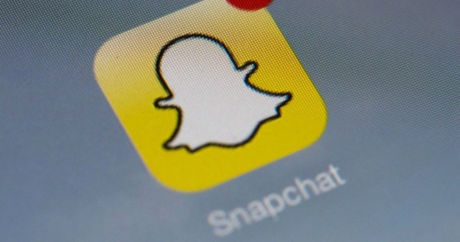 """How To Use Snapchat """"Story Playlist"""" & Be The DJ Of Your Own Feed"""