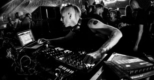 """Richie Hawtin Blurs Line Between DJing and Live Performance with  """"CLOSE-Spontaneity & Synchronicity"""""""